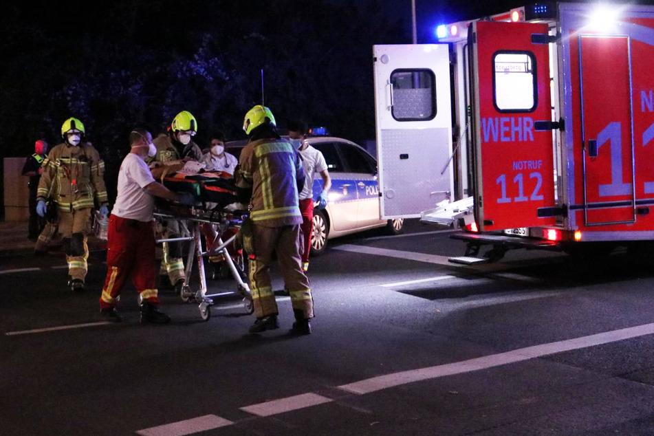 Rettungskräfte kümmern sich um den verletzten Motorradfahrer.