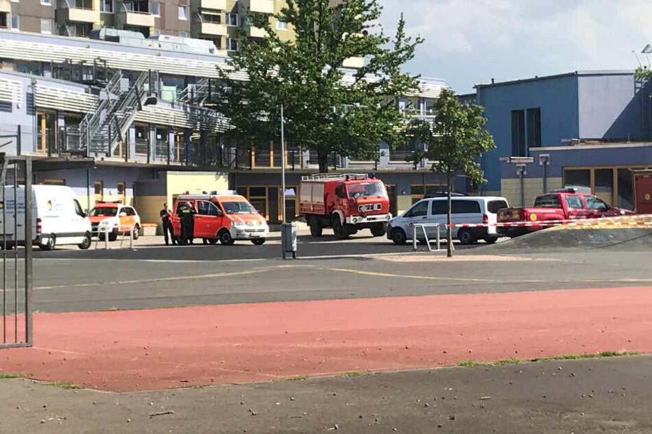 Die Einsatzkräfte sind bereits auf dem Schulgelände vor Ort.