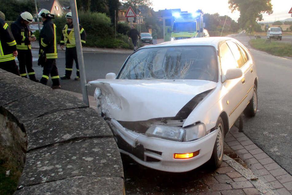 Der junge Fahrer krachte mit seinem Toyota gegen die Schlossmauer.