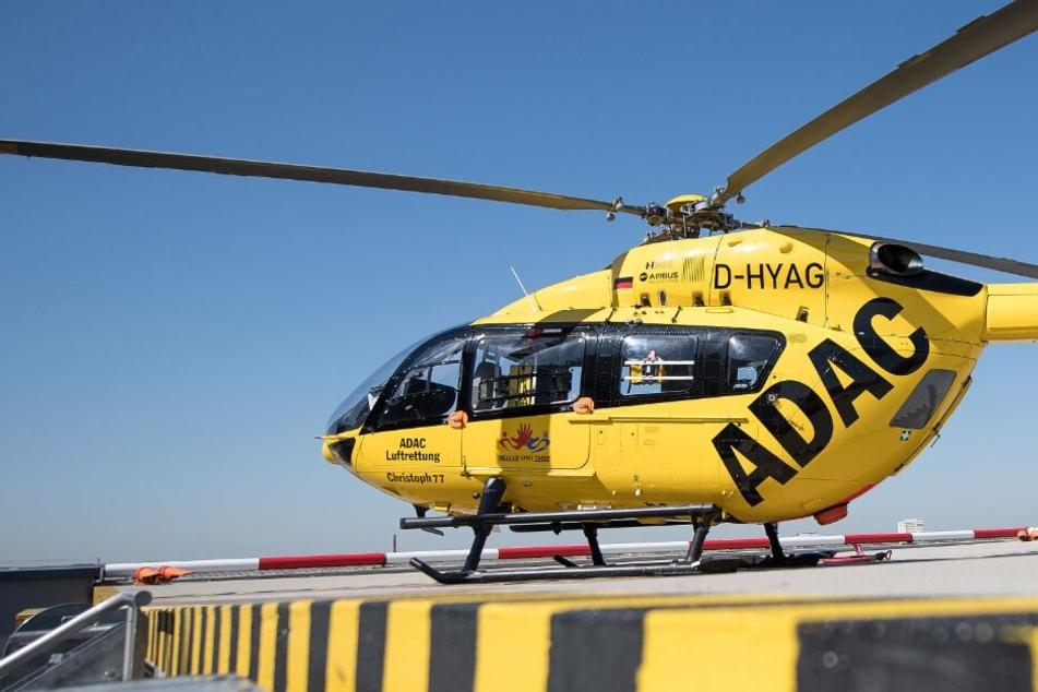 Mit einem Rettungshubschrauber musste der junge Mann in ein Krankenhaus geflogen werden. (Symbolbild)