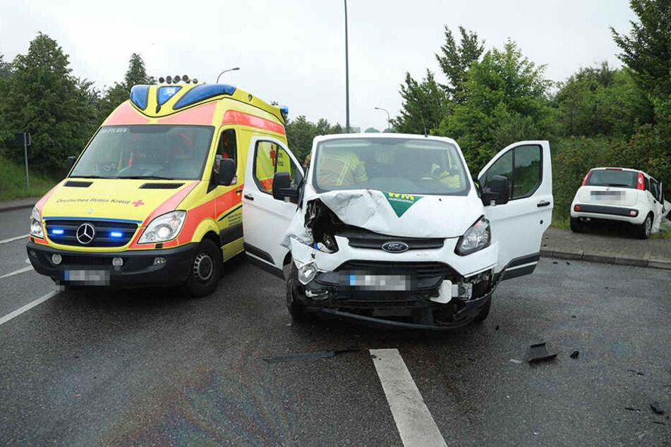 Frontalcrash mit Schwerverletzten: Fiat knallt in Kleintransporter