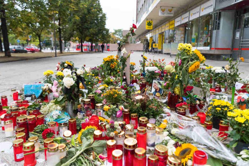 Zahlreiche Blumen und Kerzen am Gedenkort in der Brückensraße in Chemnitz.