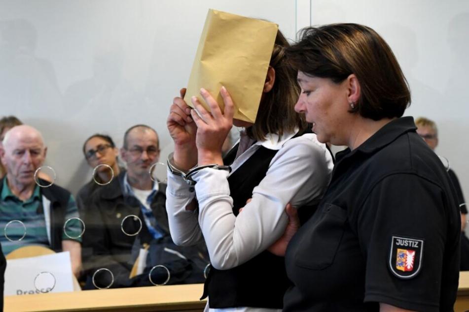 Die Angeklagte wird in den Gerichtssaal geführt.