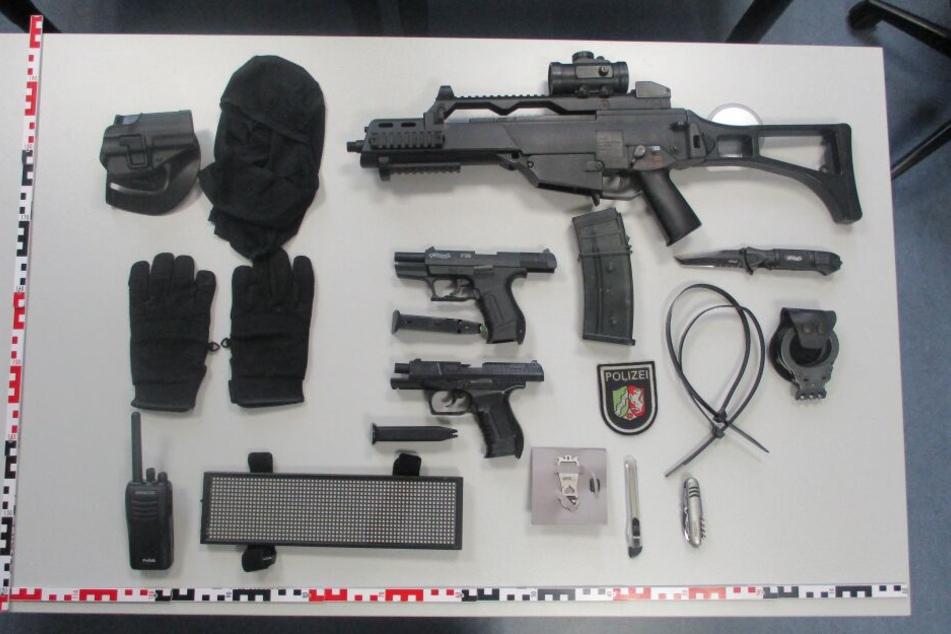 Die sichergestellten Waffen und Ausrüstungsgegenstände.