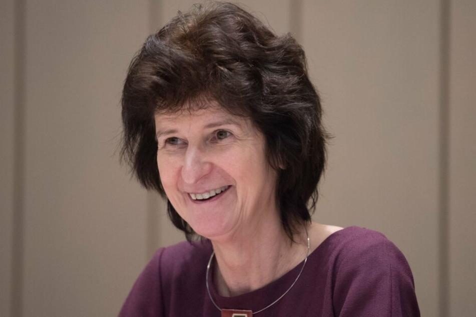 Wissenschaftsministerin Eva-Maria Stange überbrachte den Freiberger Forschern einen Fördermittelbescheid.