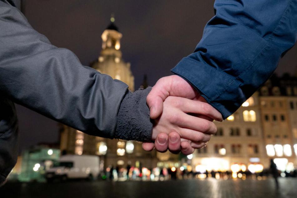 Am Abend des 13. Februar werden wieder Tausende Dresdner einen Ring um die Altstadt ziehen.