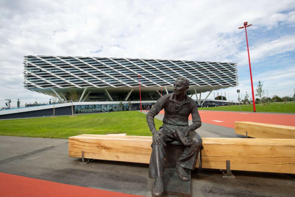 """Vor dem neuen Bürogebäude """"Arena"""" des Sportartikelherstellers adidas ist eine Statue des Gründers Adolf """"Adi"""" Dassler angebracht."""