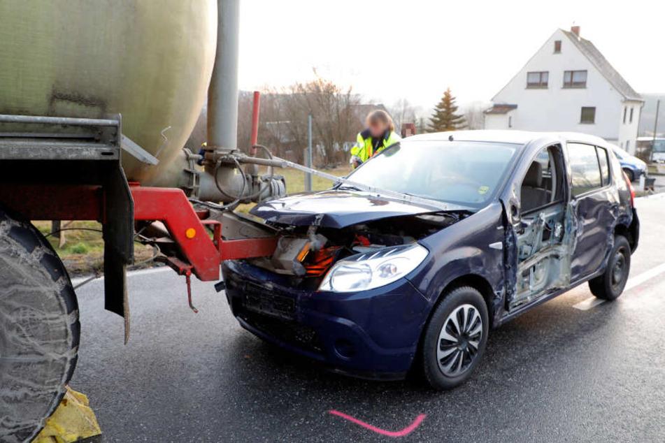 Der Dacia-Fahrer wurde bei dem Unfall schwer verletzt.