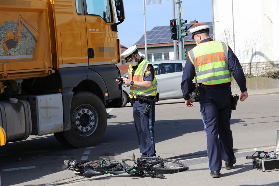 Tragischer Unfall: Laster übersieht Radfahrer, Senior lebensgefährlich verletzt