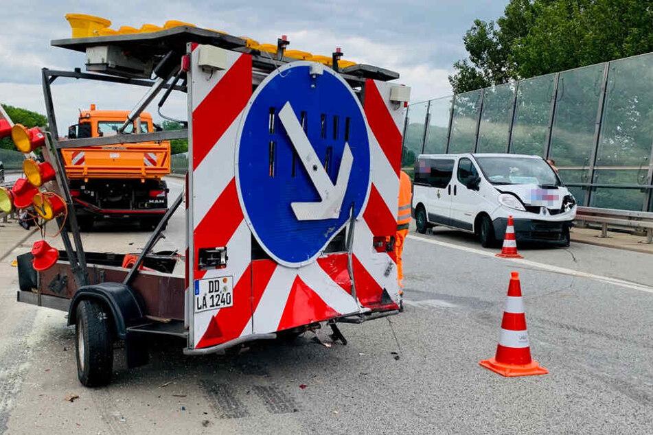 Unfall auf A17: Mit Mehlwürmern beladener Transporter rast in Schilderwagen