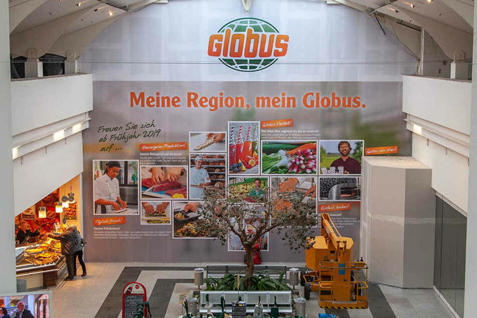 Hinter dem Werbeplakat tut sich was: Der neue Globusmarkt soll Ende März im Neefepark eröffnen.