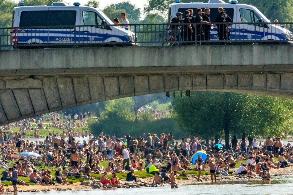Hunderte Menschen belagern bei sommerlichen Temperaturen im Juni 2020 die Frühlingsanlagen an der Isar.