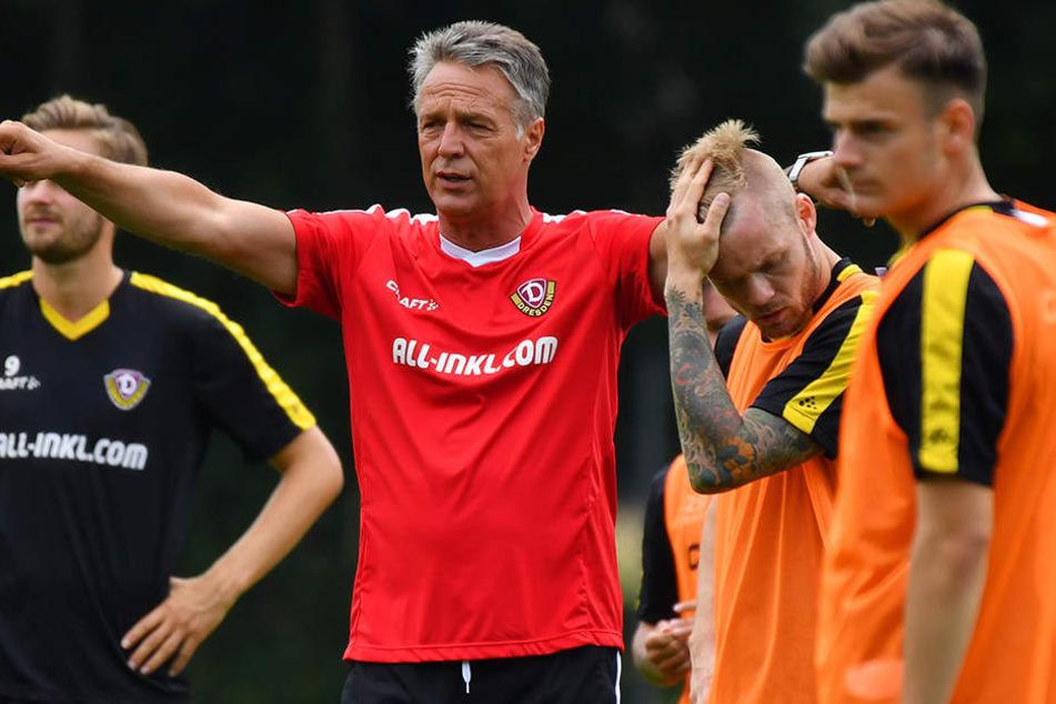 Uwe Neuhaus (2.v.l.) gibt Anweisungen für seine Profis.