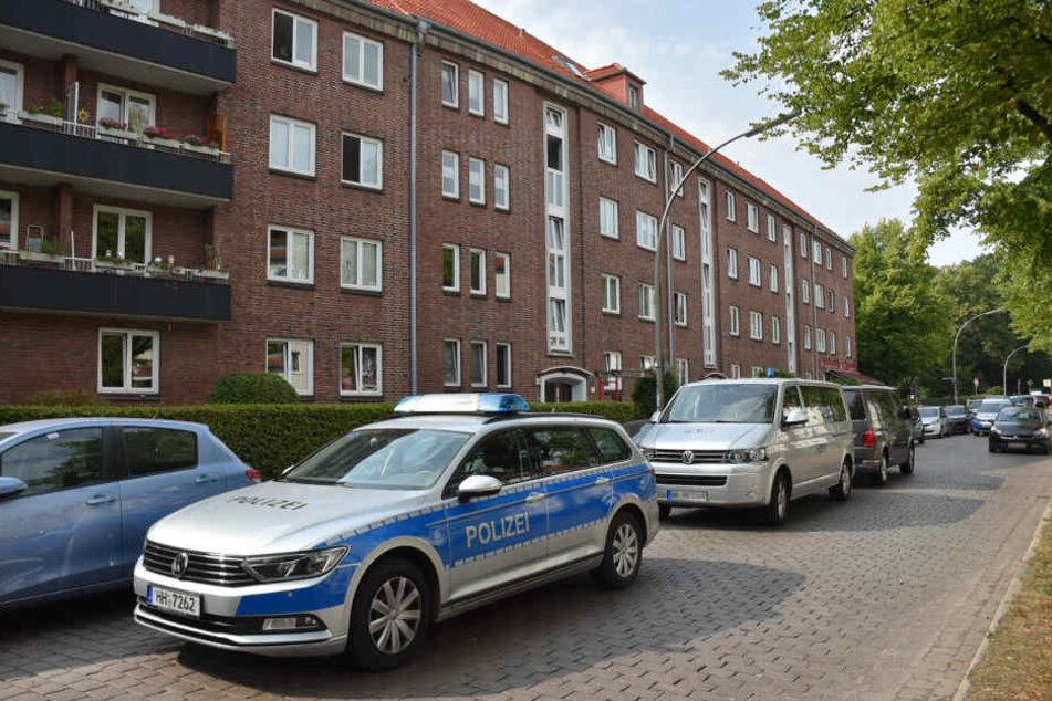 Fahrzeuge der Polizei am Tatort.