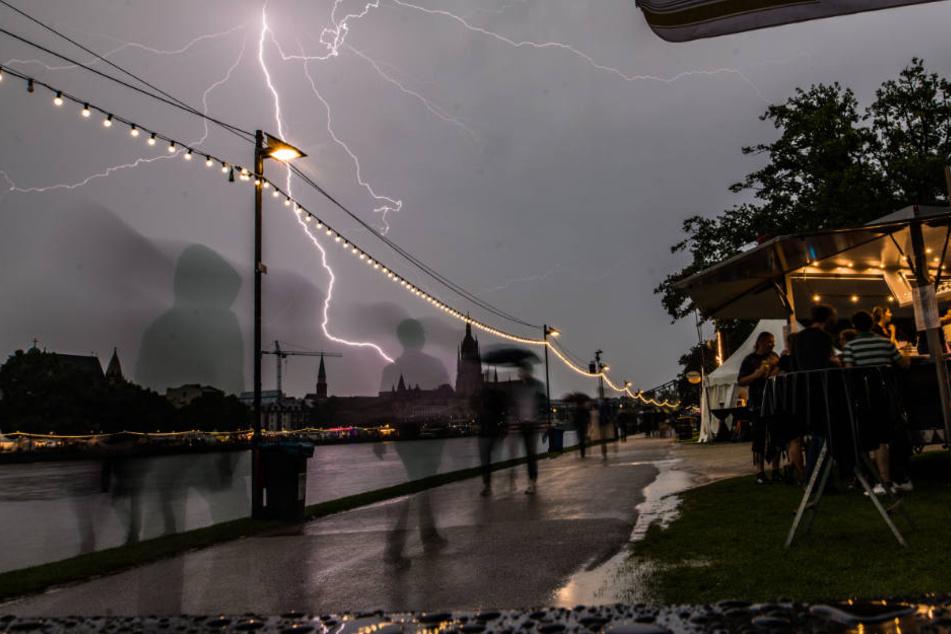 Ein Blitz überrascht Besucher des Museumsuferfestes in Frankfurt.