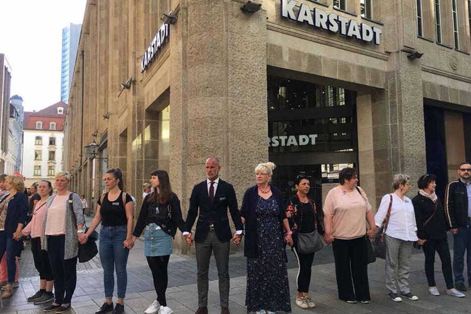 Karstadt-Filialchef Michael Zielke (Mitte) kämpfte am Mittwoch gemeinsam mit Angestellten, Kunden und benachbarten Händlern aus der Leipziger Innenstadt um die Filiale in der Petersstraße.