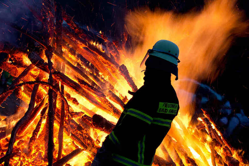 Die Offenbacher Feuerwehr bekämpfte in einem Trafo-Häuschen das Feuer. Die Ursache ist noch unklar (Symbolbild).