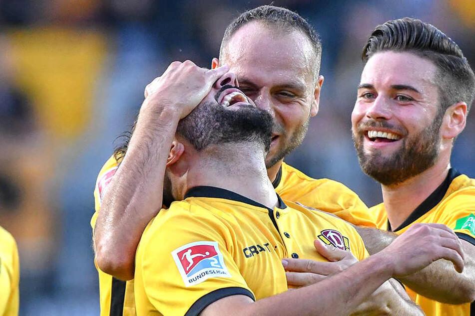 Dynamische Glückseligkeit: Rico Benatelli (Mitte) und Niklas Kreuzer (rechts) herzen Aias Aosman, den Torschützen zum 1:0.