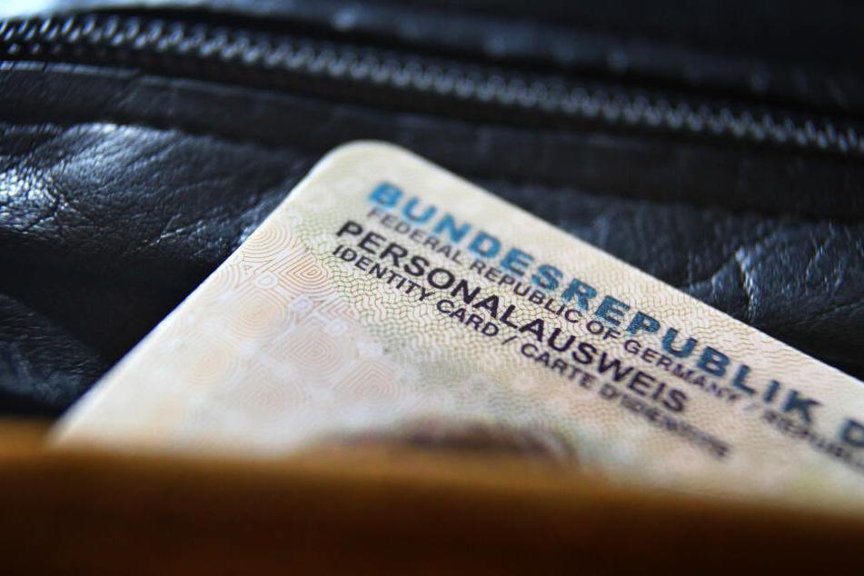 Wer in NRW mit abgelaufenem Ausweis erwischt wird, dem droht ein Bußgeld (Symbolbild).