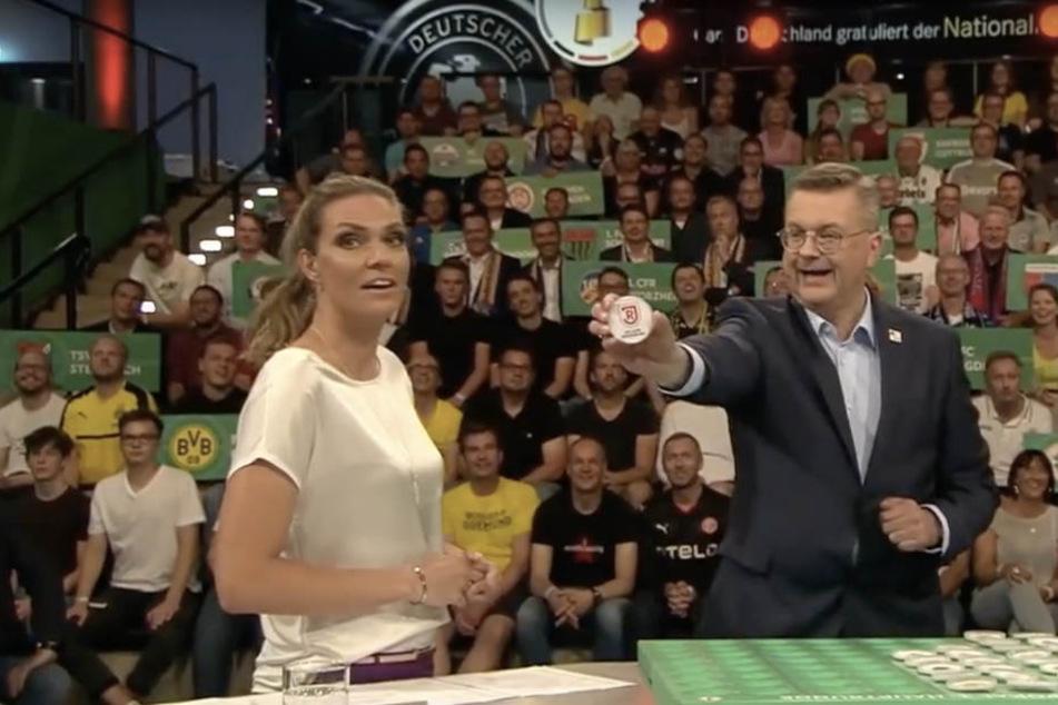 Moderatorin Julia Scharf leistete sich bei der Pokalauslosung einen peinlichen Fehler.