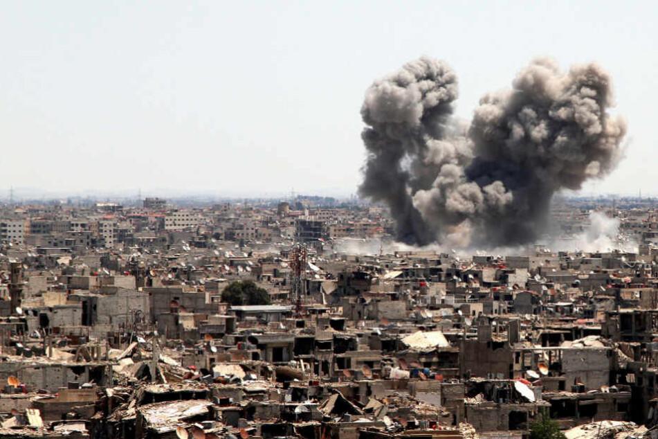 Rauch über Damaskus: Im Syrienkrieg soll Faisal A.H. zunächst gegen die Regierungstruppen gekämpft, dann für den IS spioniert haben. (Symbolbild)