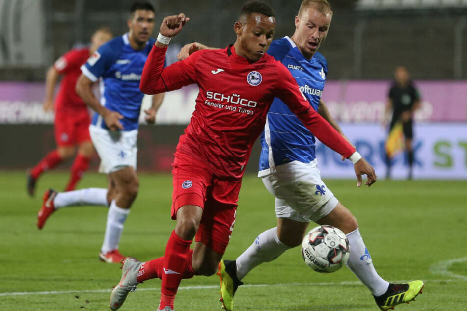 Der 18-jährige Roberto Massimo (im roten Trikot) kämpft für Arminia Bielefeld um den Ball.
