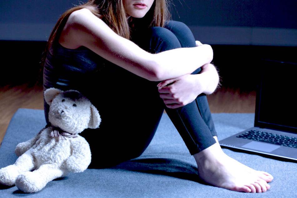 Die Mädchen sollen den Ermittlungen zufolge bei den ersten Übergriffen etwa elf Jahre alt gewesen sein (Symbolbild).
