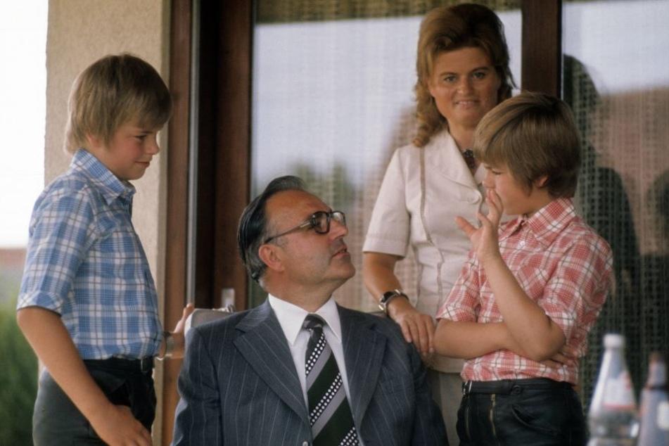 Hier 1974 mit seiner Frau Hannelore und den Söhnen Walter (rechts) und Peter in ihrem Haus in Oggersheim, einem Stadtteil von Ludwigshafen.