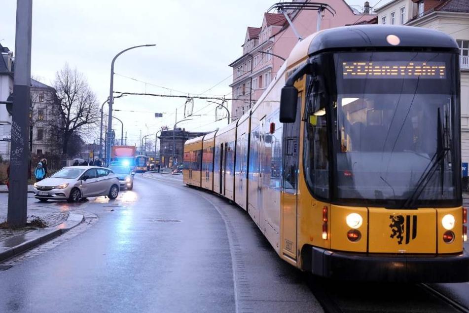 Verbotenerweise abgebogen? Opel kollidiert mit Bahn