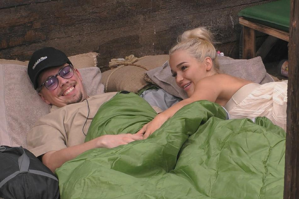 Hat sich ein Zelt aufgebaut? Emmy (21, r.) will genau wissen, was nach dem Flecken-Gate unter Udos Schlafsackdecke Phase ist.