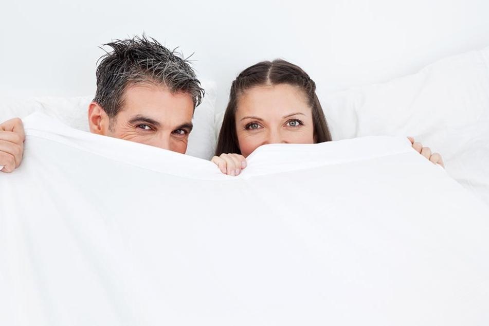 Schlummert ER selig, während SIE sich stundenlang im Bett herumwälzt? Keine ungewöhnliche Situation laut der Universität Leipzig.