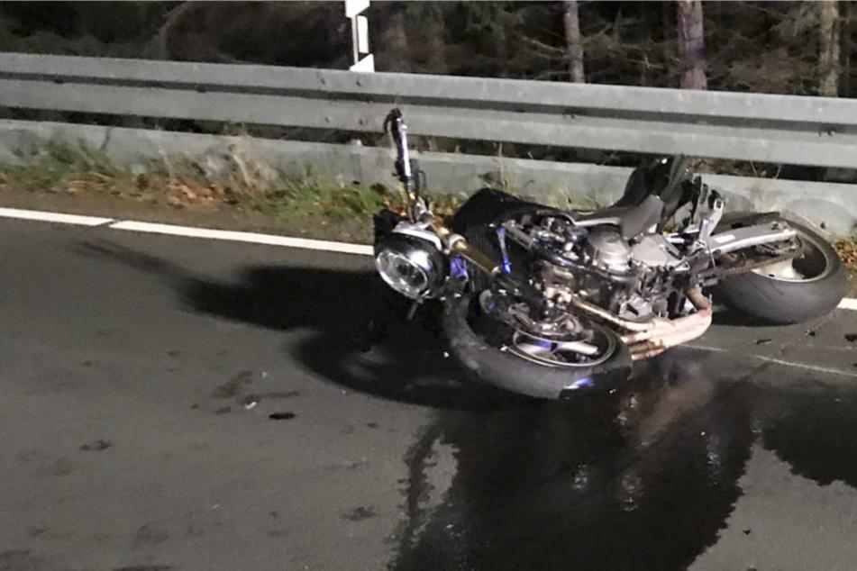 Crash im Gebirge: Biker stirbt auf der Straße