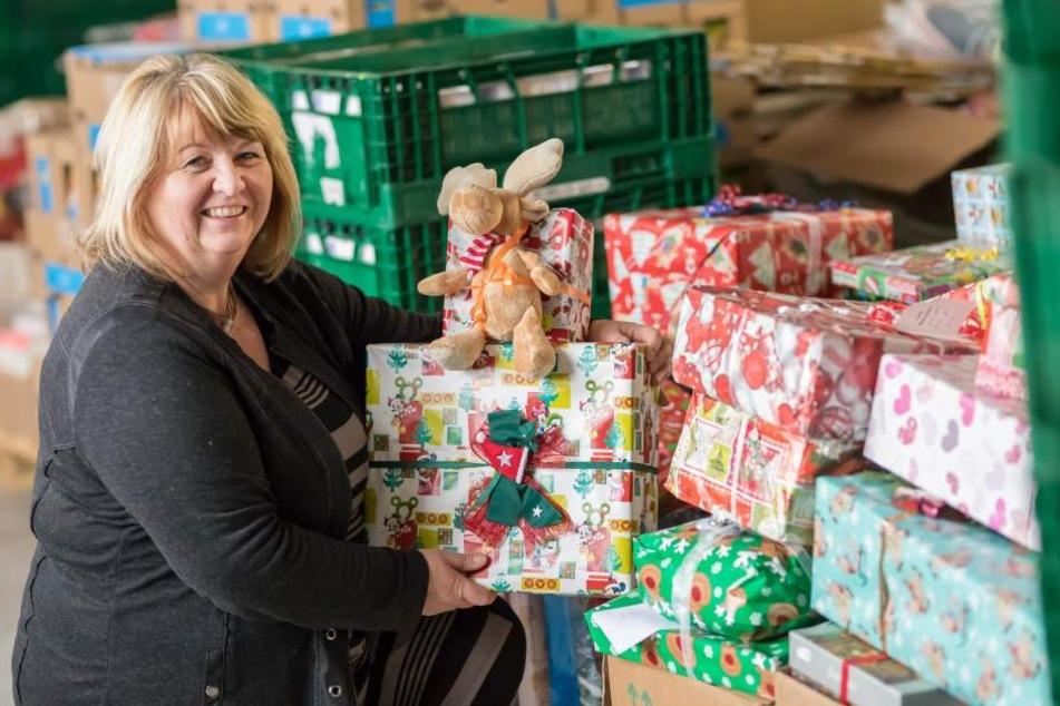 Tafel-Chefin Christiane Fiedler (57) freut sich über die vielen gespendeten Geschenke für Kinder.