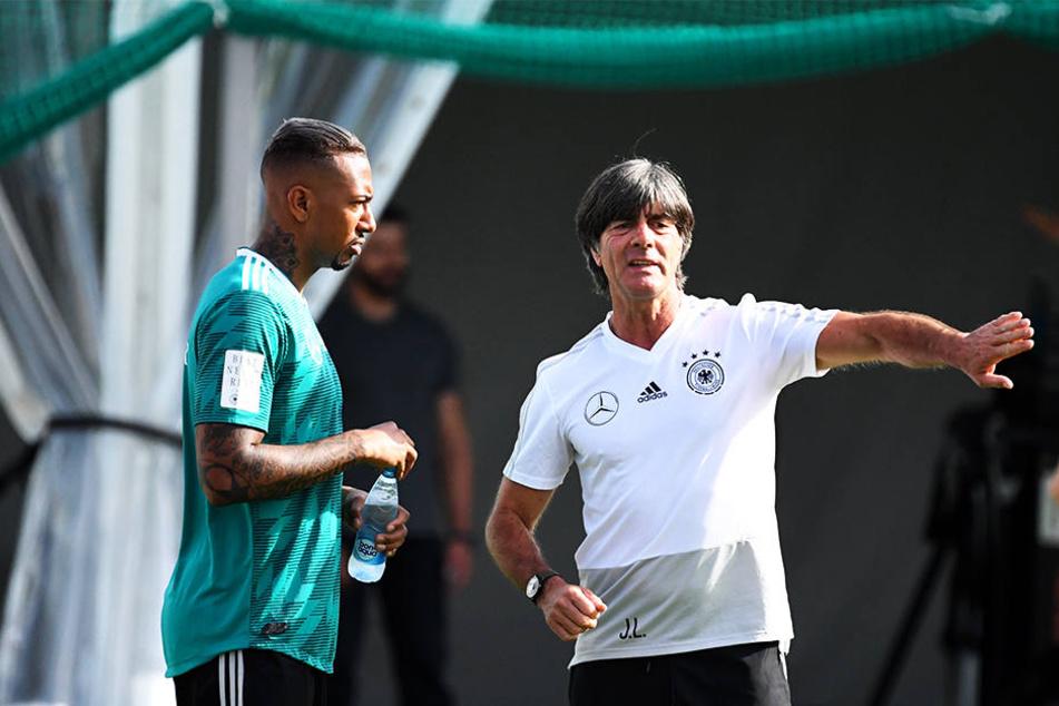 Jérôme Boateng (l.) bekommt von Bundestrainer Joachim Löw eine Pause verordnet.