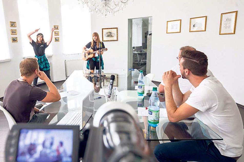 Die drei Juroren verfolgen aufmerksam den Auftritt von Lisa und Annelie, die  Gesang mit Tanzelementen kombinieren. Zum Lohn gibt das Ticket für das  Halbfinale.