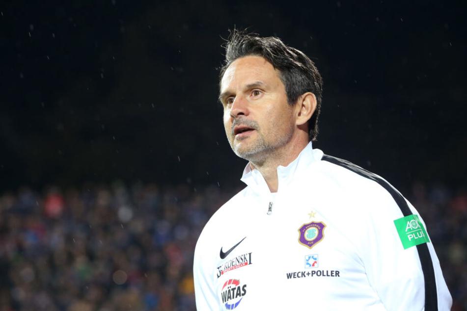 Aue-Coach Dirk Schuster muss Ersatz für den gesperrten Jan Hochscheidt finden.
