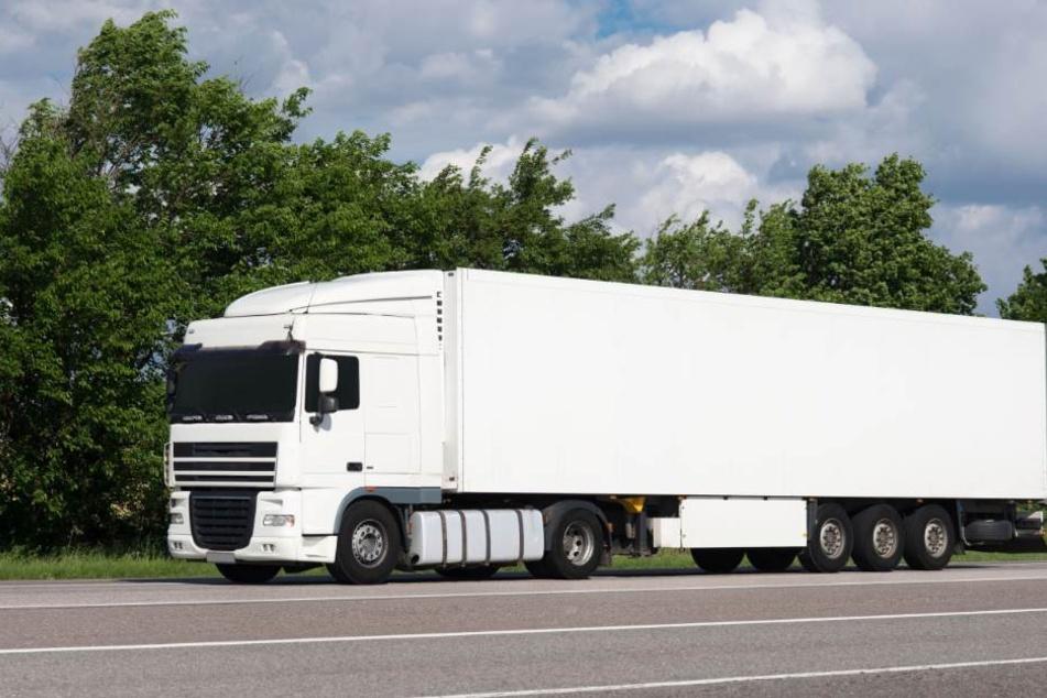 Der LKW-Fahrer war deutlich zu schnell unterwegs und verlor schließlich die Kontrolle. (Symbolbild)
