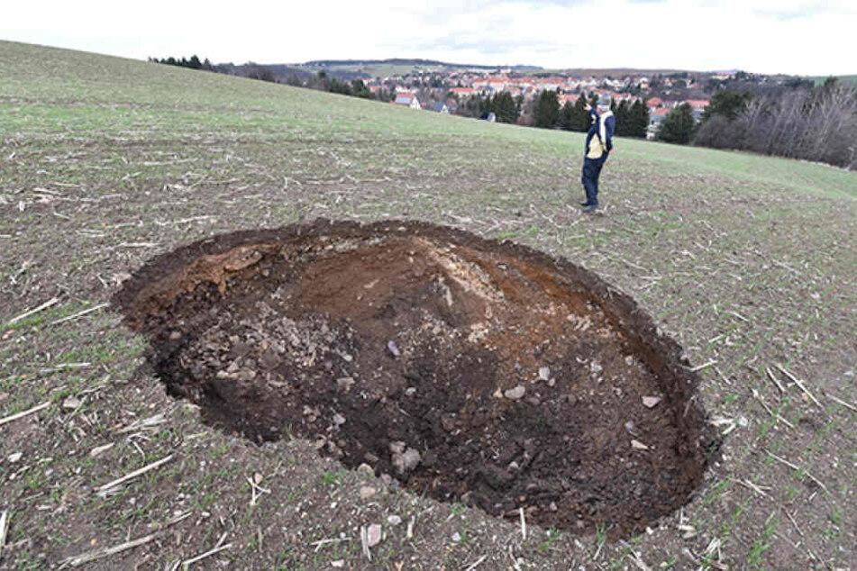Dieses Loch auf einem Feld bei Dippoldiswalde sorgt für Aufsehen. Das Oberbergamt sucht nach den Ursachen für die Senkung.