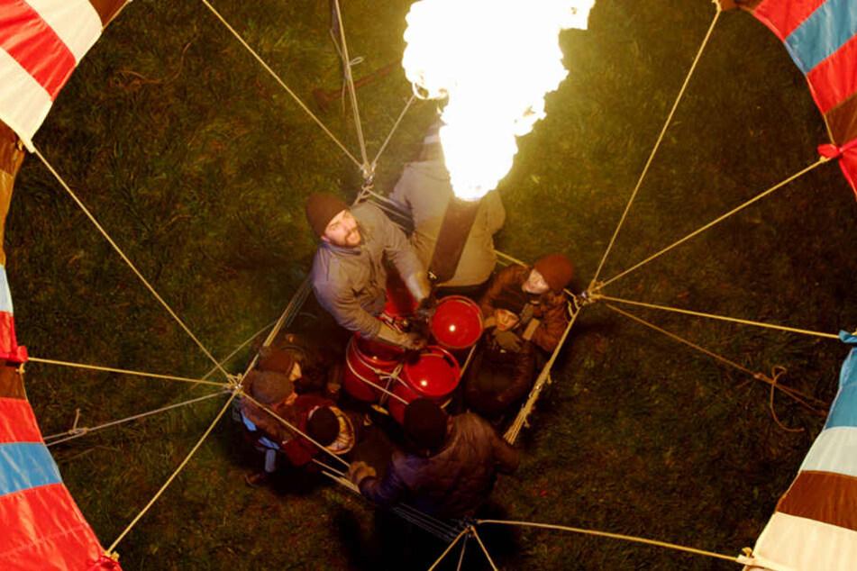 Mit einem selbstgenähten Heißluftballon ergriffen die Familien Strelzyk und Wetzel die Flucht aus der DDR. (Filmszene)