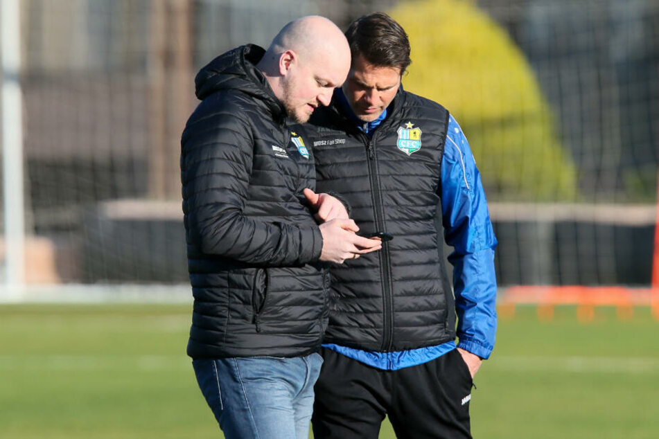 CFC-Sportdirektor Armin Causevic (l.) hat für Trainer Patrick Glöckner sicher ein paar interessante Kontakte im Handy...