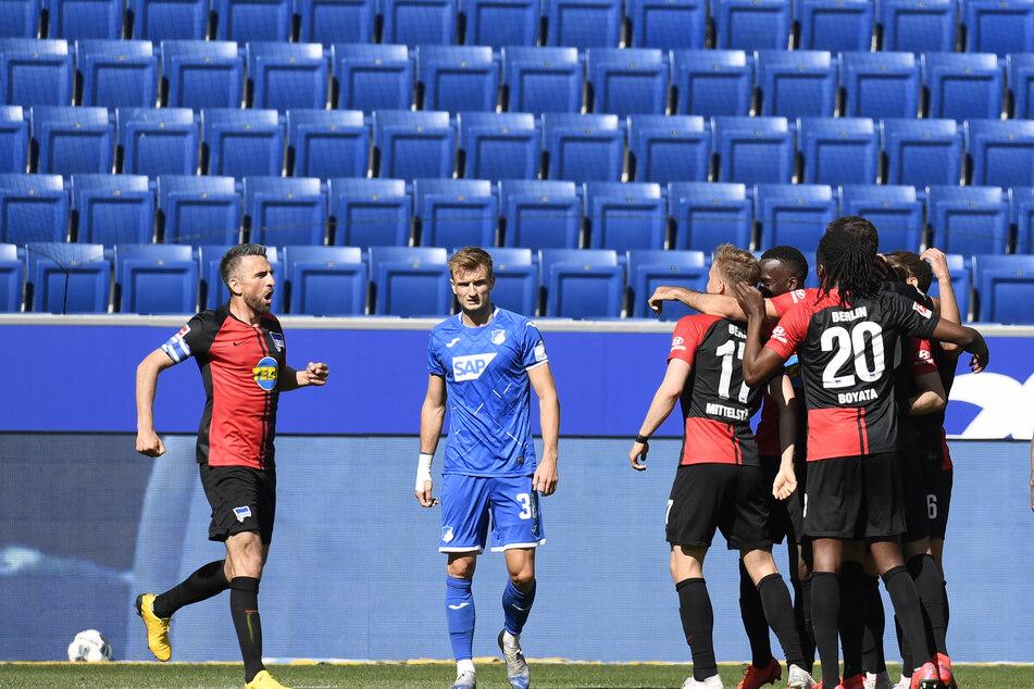 Vedad Ibisevic (l.) von Hertha und seine Mannschaftskameraden feiern das 0:1.