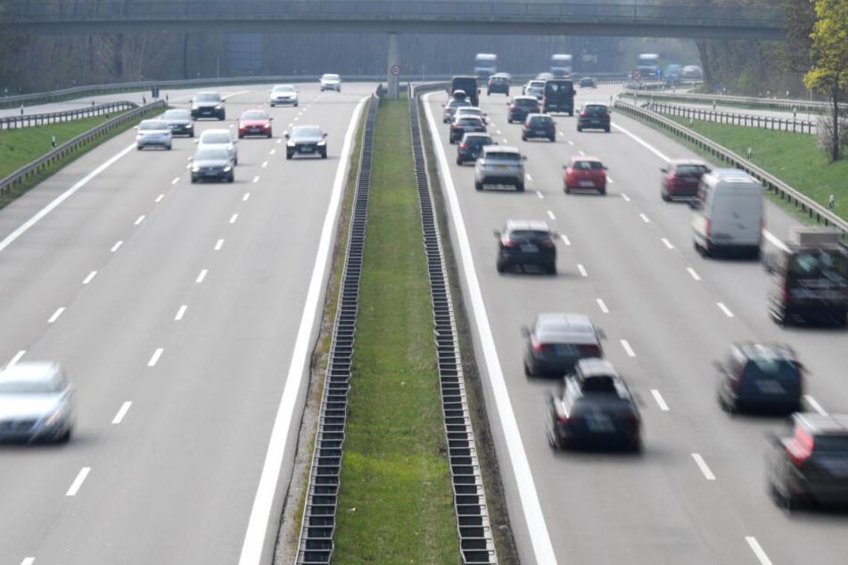 Autos fahren auf der Autobahn A95 bei München. Trotz Ferienbeginn zu Ostern in zahlreichen Bundesländern war das Verkehrsaufkommen hier weitgehend normal.
