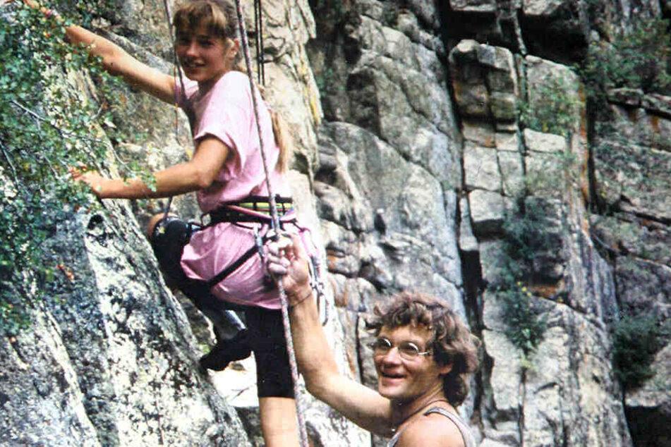 Auch Tochter Heike (39) hat Klettertalent. Ein Bild aus den 1990er Jahren beim gemeinsamen Klettern im Elbsandstein.