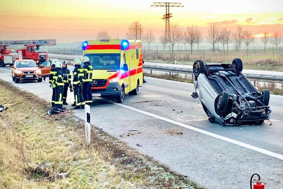 Fehler beim Überholen: Ford Ka landet kurz vor Pirna auf dem Dach!