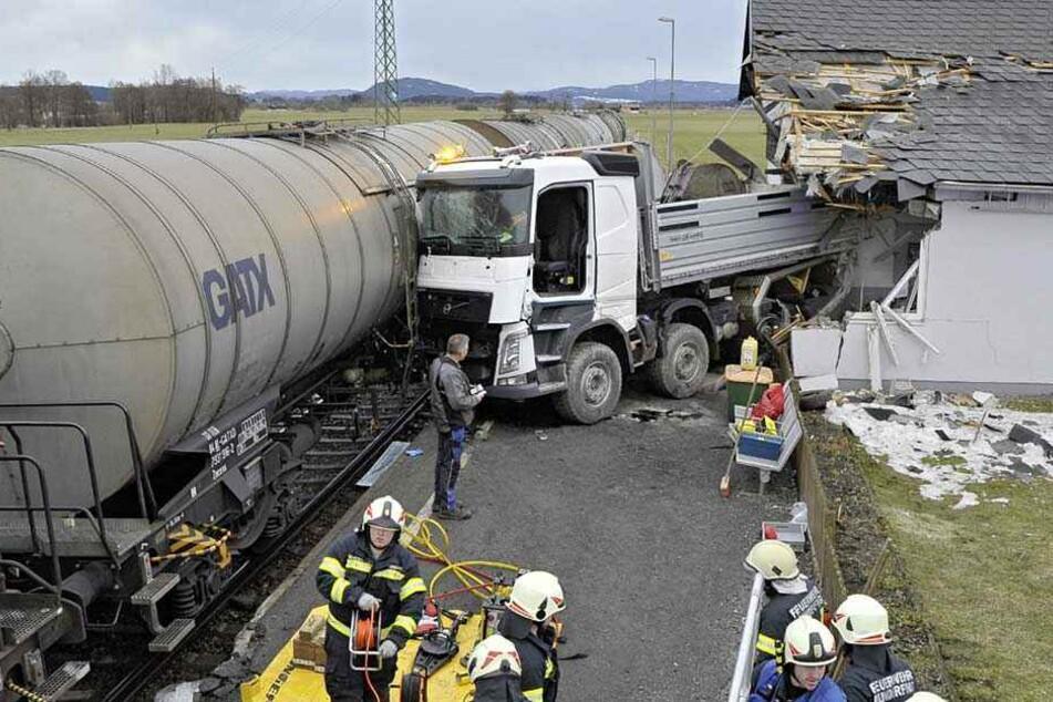 Zug schiebt Laster in Haus: Rentner-Paar verliert sein Zuhause