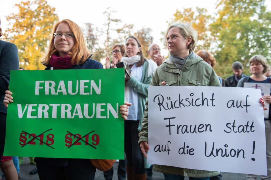 """Die Demonstrationen in Hessen waren Teil des Aktionstages unter dem Motto """"Jetzt erst recht! Sexuelle Selbstbestimmung ist nicht verhandelbar"""" (Symbolbild)."""