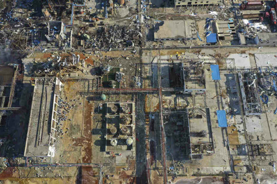 Das Foto zeigt beschädigte Gebäude nach einer Explosion in einem Chemiepark.