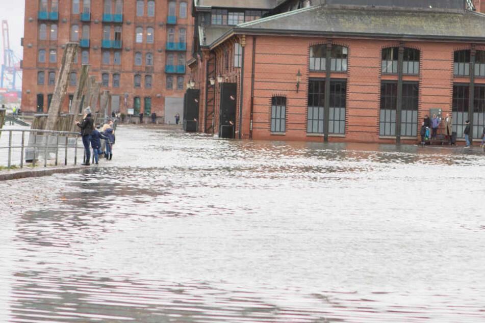 Fischmarkt überschwemmt: Herbststurm fegt über die Küste hinweg