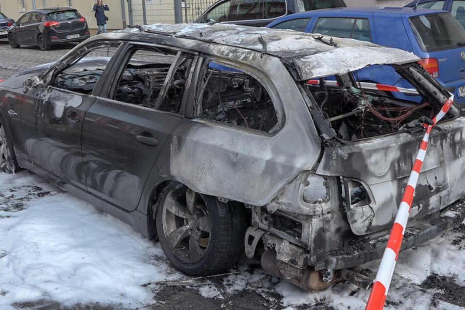 Die Geschwister hatten zunächst alleine im Auto auf ihre Mutter gewartet, die ihr drittes Kind in einem Nürnberger Kindergarten abgab. Plötzlich bemerkte der Bub starken Rauch am Auto.