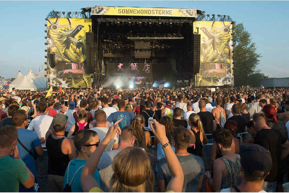 Das Ufer des Bleilochstausees ist seit Freitag wieder eine riesige Tanzfläche für bis zu 35.000 Techno-Fans.
